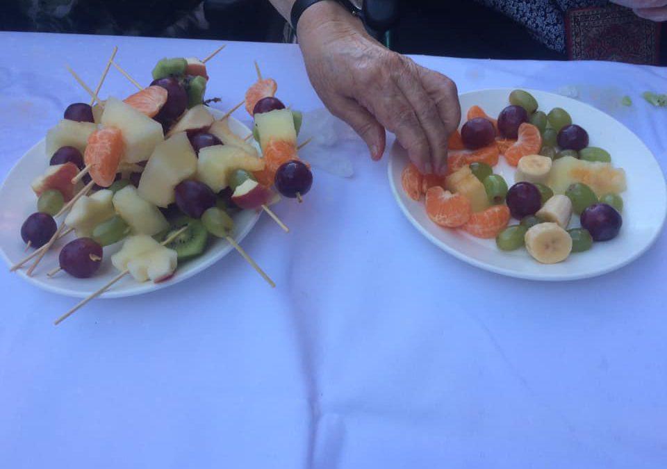 Taller de brochetas de frutas: Comida saludable en residencias de ancianos en sevilla